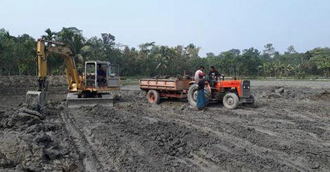 আবাদী জমি ধ্বংস করে চাঁদপুরের ফরিদগঞ্জে চলছে মাটি বিক্রির মহোৎসব