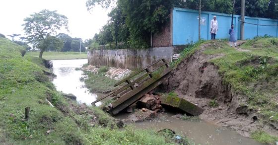 নেত্রকোনা পৌরসভার হোসেনপুরে বক্স কালভার্ট ভেঙ্গে যাওয়ায় দুর্ভোগ চরমে
